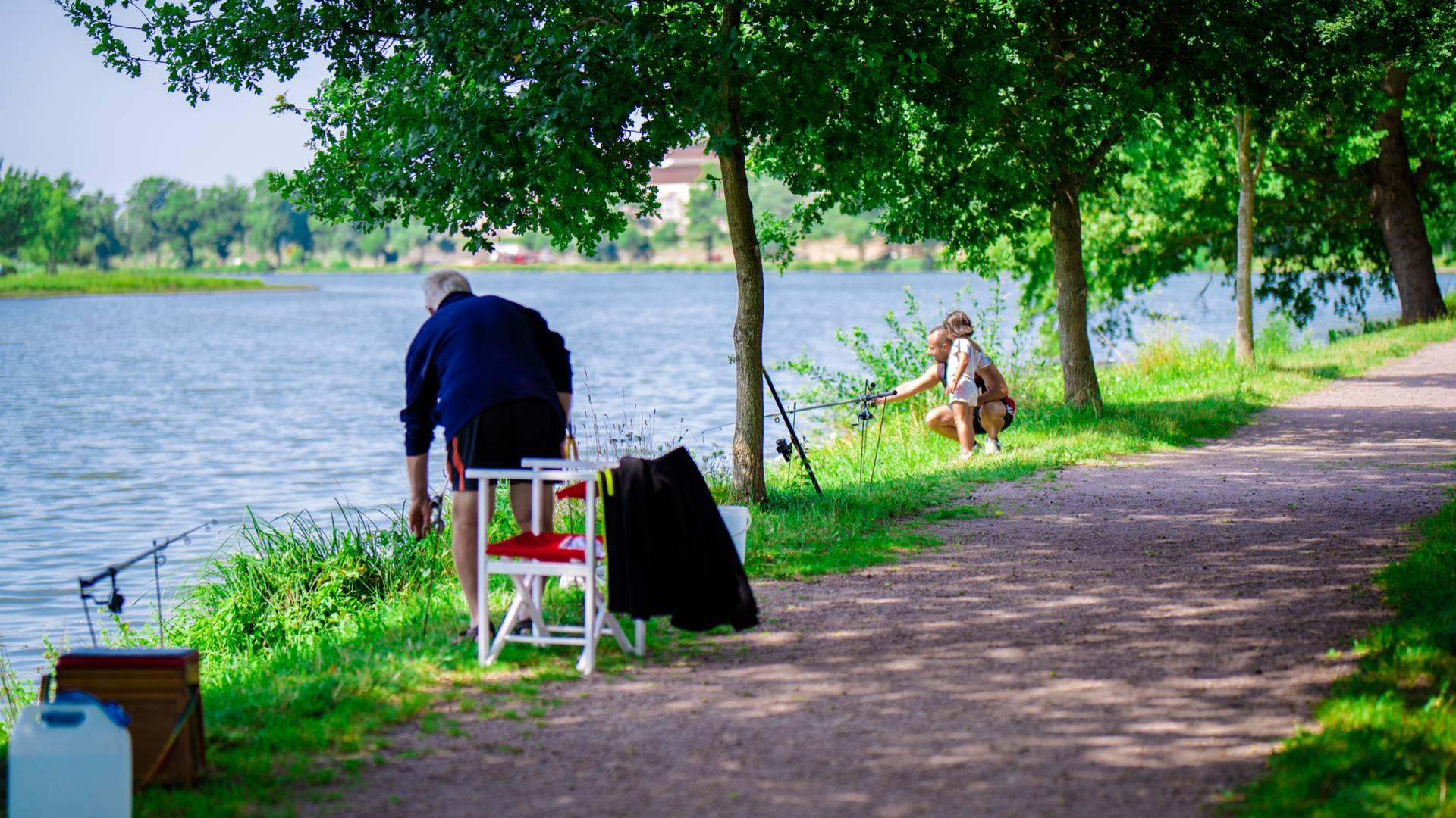 Pêche en famille sur le canal du Centre à Montchanin. © Franck Juillot - CreusotMontceauTourisme.