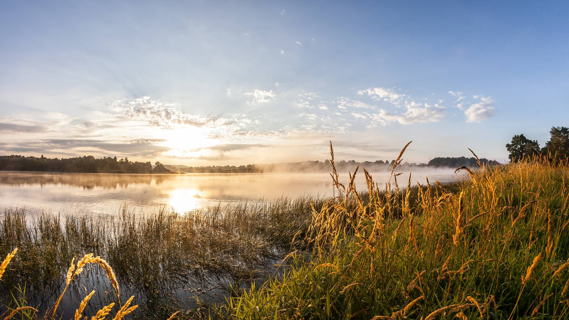 Levé de soleil sur le lac de la Sorme. © Xavier Spertini.