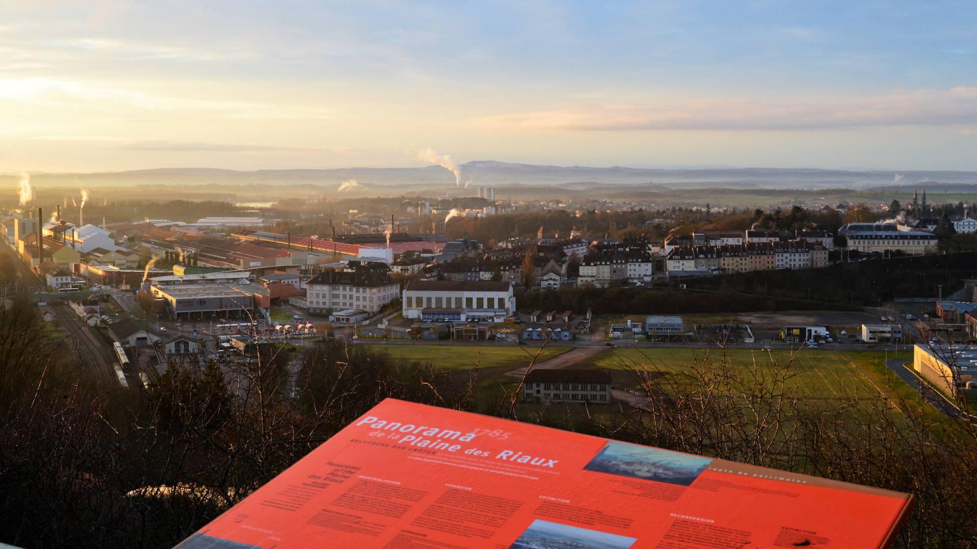 Panorama sur la ville du Creusot depuis le belvédère des Crêtes. © Creusot Montceau Tourisme.