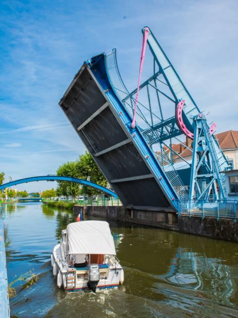 Passage d'un bateau de plaisance sous le pont levant, Montceau-les-Mines. © Franck Juillot.