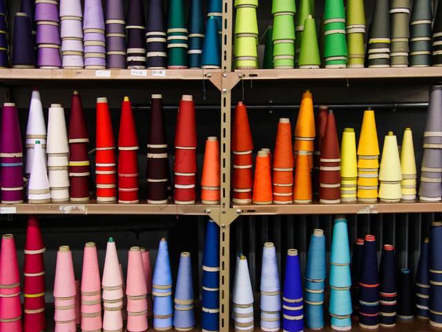 Bobines de fil colorées dans les ateliers de la Manufacture Perrin. © Lesley Williamson.