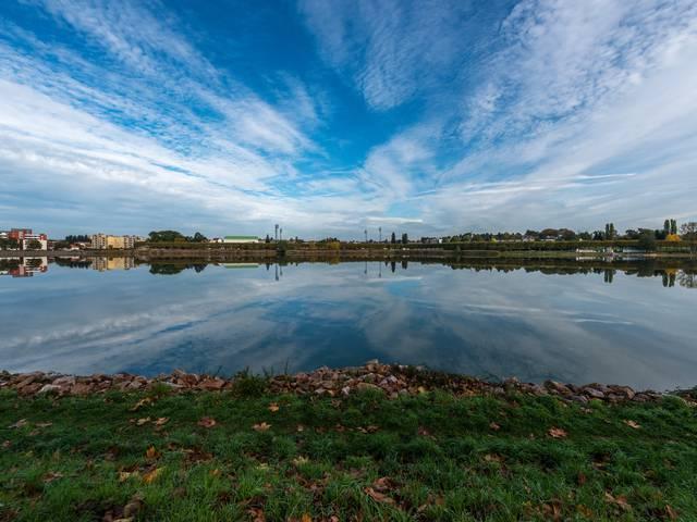 Vue générale de l'étang du Plessis, Montceau-les-Mines. © Oscara Photographe_Creusot Montceau Tourisme.