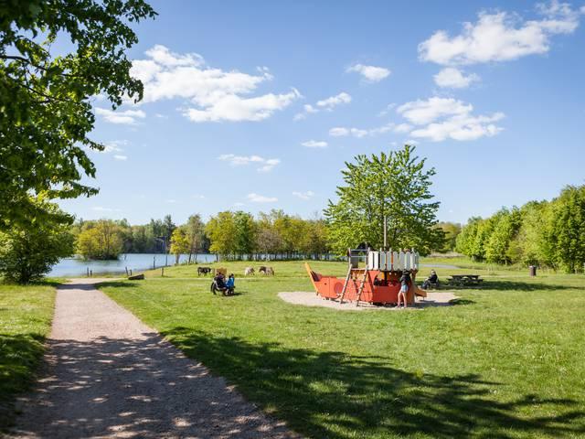Aire de jeux au parc Maugrand, Montceau-les-Mines. © Xavier Spertini.