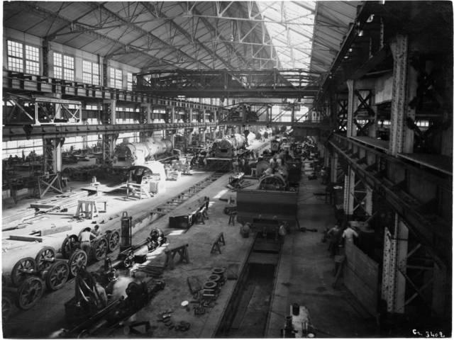 Vue d'ensemble de l'atelier de montage des locomotives des Établissements Schneider du Creusot, année 1920. © CUCM, document Écomusée, reproduction D. Busseuil.