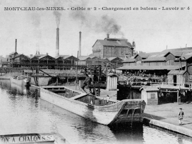 Chargement d'un bateau en charbon au port du canal, Montceau-les-Mines. © CUCM, service Écomusée, cliché D. Busseuil.