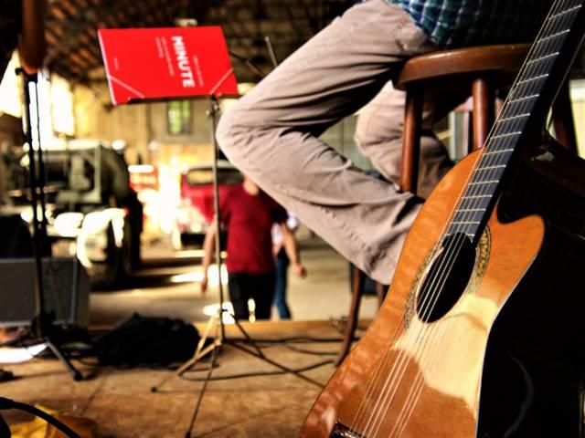 Préparatifs du concert à l'Usine Aillot, Montceau-les-Mines. © Lesley Williamson.