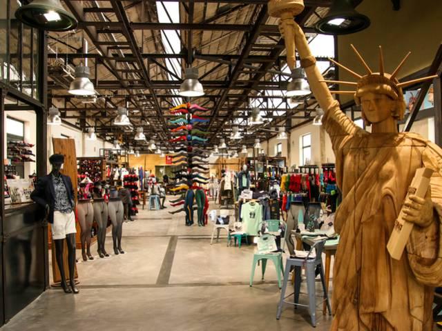 Le magasin d'usine de la Manufacture Perrin, Montceau-les-Mines. © Lesley Williamson.