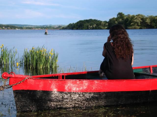 Détente au bord de l'eau à l'étang de Torcy. © Lesley Williamson.