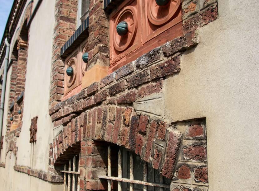 Détail de la façade des anciens bureaux de l'usine Perrusson, Écuisses. © Lesley Williamson.