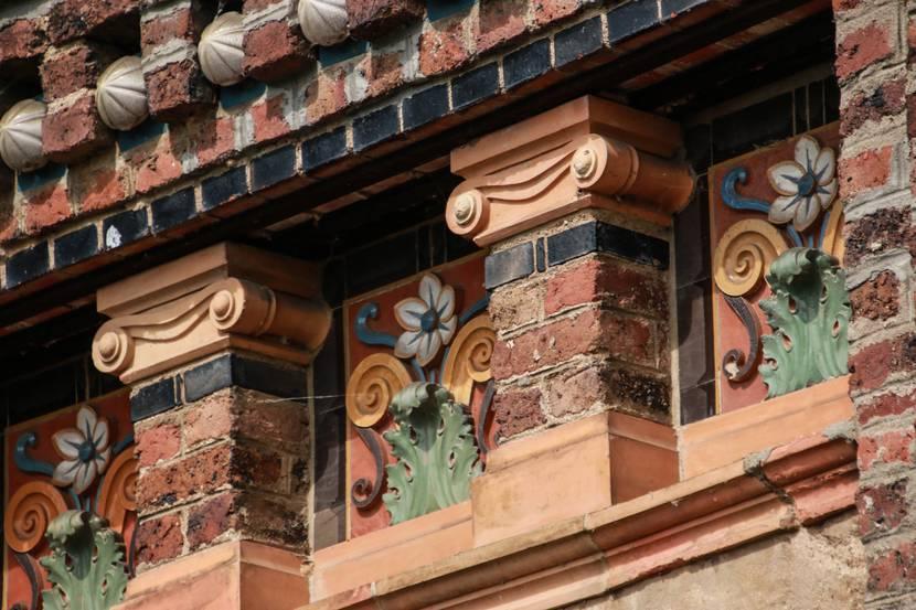 Détail d'une façade, Écuisses. © Lesley Williamson.