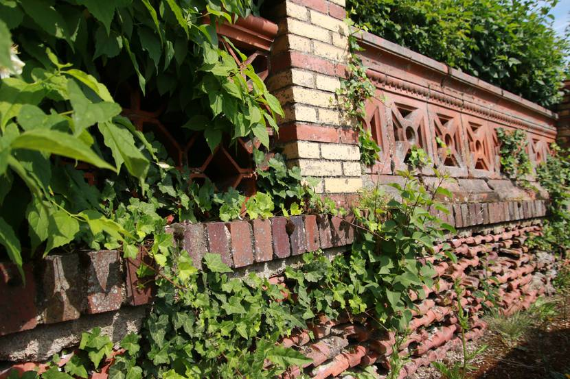 Mur de clôture en céramique, Écuisses. © Lesley Williamson.