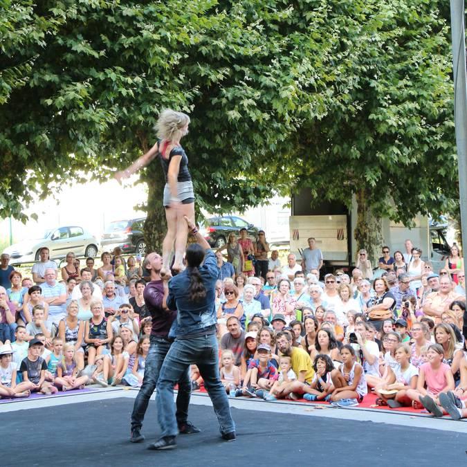 Acrobates au festival des Beaux Bagages, Le Creusot. © Ville du Creusot, service communication.