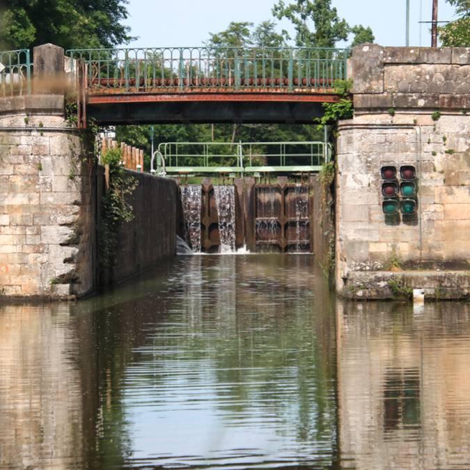 Une écluse sur le canal du Centre. © Lesley Williamson.
