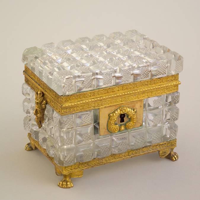 Coffret à parfums en cristal et bronze doré, vers 1810, Le Creusot, Musée de l'homme et de l'industrie. © CUCM, document écomusée, reproduction D. Busseuil.