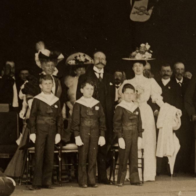 M. et Mme Eugène II Schneider et leur trois fils, Henri-Paul, Jean et Charles, le 11 juin 1905, lors des fêtes du centenaire de la naissance d'Eugène Ier Schneider. © CUCM, document Écomusée, reproduction D. Busseuil.