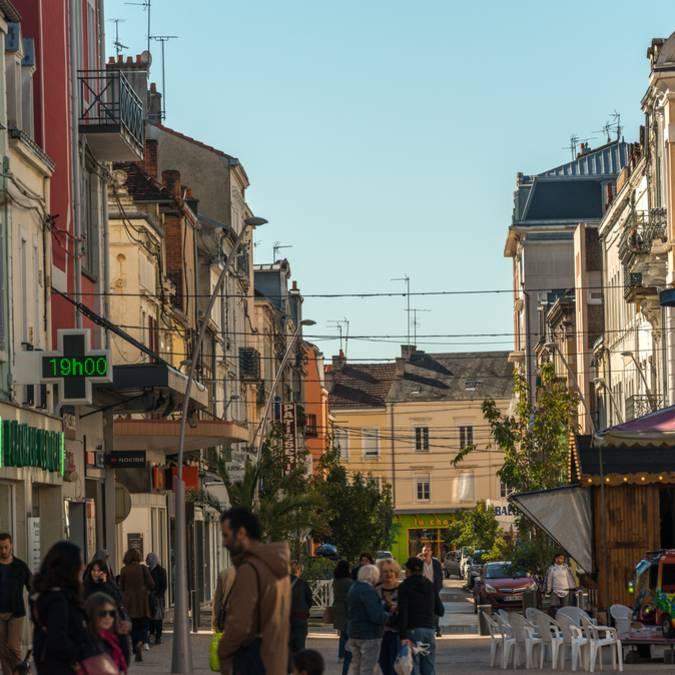 Emplettes en centre-ville, Montceau-les-Mines. © Oscara photographe, Creusot montceau Tourisme.