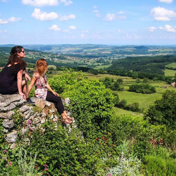 Deux personnes admirent le paysage depuis la colline de Mont-Saint-Vicnent. © Lesley Williamson.