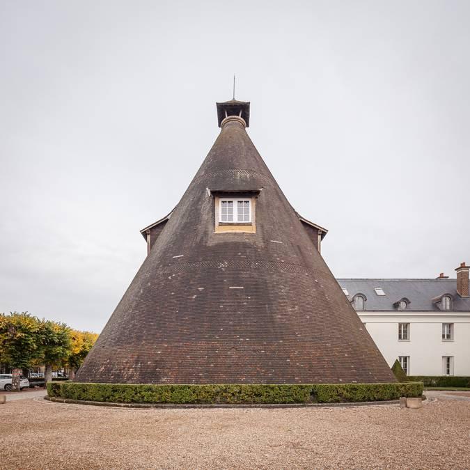 Dans la cour du château de la Verrerie, au Creusot, l'ancienne halle conique abrite le Petit Théâre. © Xavier Spertini.